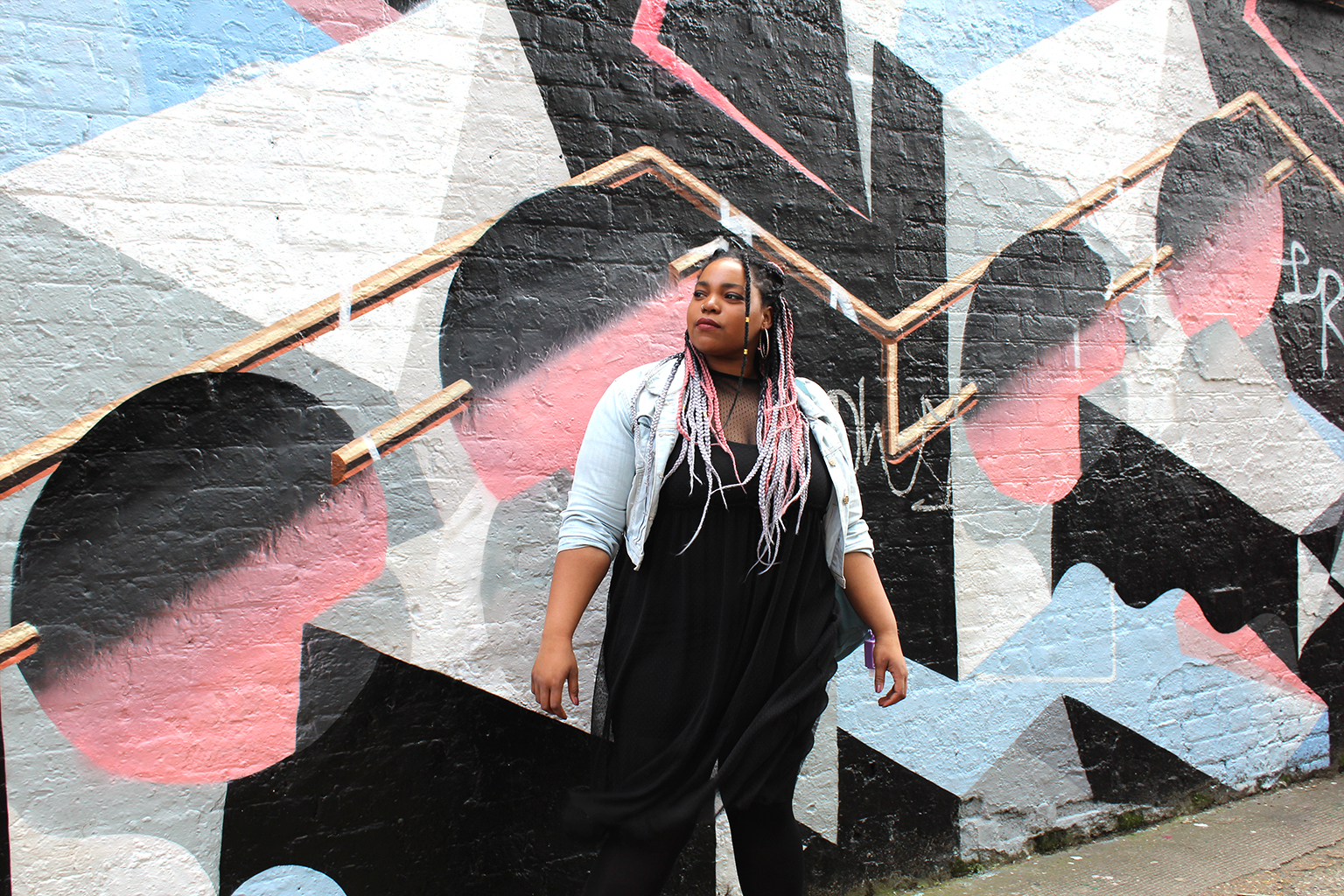 photography-walk-shoreditch-east-london-grafitti-braids-afro-black-woman-afro-natural-hair-colours-matching-colour-pallet